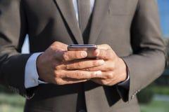 Επιχειρηματίας ή εργαζόμενος με το κινητό τηλέφωνο στα χέρια Στοκ φωτογραφίες με δικαίωμα ελεύθερης χρήσης