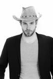Επιχειρηματίας ή νεαρός άνδρας που φορά το καπέλο κάουμποϋ και το μαύρο σακάκι Στοκ εικόνες με δικαίωμα ελεύθερης χρήσης