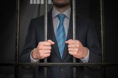 Επιχειρηματίας ή πολιτικός πίσω από τα κάγκελα στο κελί φυλακής στοκ φωτογραφία