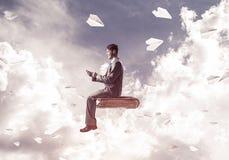 Επιχειρηματίας ή σπουδαστής στα αεροπλάνα βιβλίων και εγγράφου που πετούν γύρω Στοκ Φωτογραφία