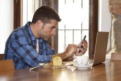 Επιχειρηματίας ή σπουδαστής που εργάζεται με το φορητό προσωπικό υπολογιστή στη καφετερία που έχει το πρόγευμα Στοκ φωτογραφίες με δικαίωμα ελεύθερης χρήσης