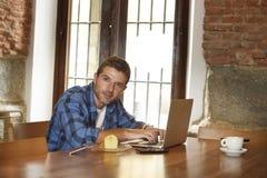 Επιχειρηματίας ή σπουδαστής που εργάζεται με το φορητό προσωπικό υπολογιστή στη καφετερία που έχει το πρόγευμα Στοκ εικόνα με δικαίωμα ελεύθερης χρήσης