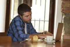 Επιχειρηματίας ή σπουδαστής που εργάζεται με το φορητό προσωπικό υπολογιστή στη καφετερία που έχει το πρόγευμα Στοκ Εικόνες