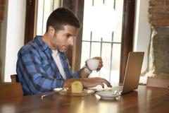 Επιχειρηματίας ή σπουδαστής που εργάζεται με το φορητό προσωπικό υπολογιστή στη καφετερία που έχει το πρόγευμα Στοκ Φωτογραφία