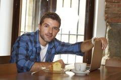 Επιχειρηματίας ή σπουδαστής που εργάζεται με το φορητό προσωπικό υπολογιστή στη καφετερία που έχει το πρόγευμα Στοκ φωτογραφία με δικαίωμα ελεύθερης χρήσης