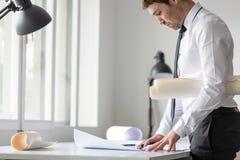 Επιχειρηματίας ή arhitect στο άσπρο πουκάμισο που χρησιμοποιεί τον κυβερνήτη και το μολύβι wh Στοκ Εικόνες