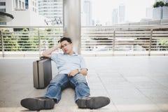 Επιχειρηματίας αποτυχίας πορτρέτου Το όμορφο επιχειρησιακό άτομο φαίνεται α στοκ εικόνες