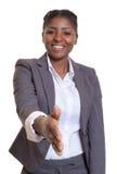 Επιχειρηματίας από την Αφρική που δίνει το χέρι Στοκ φωτογραφία με δικαίωμα ελεύθερης χρήσης