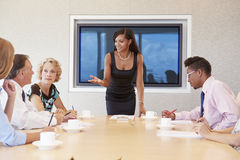 Επιχειρηματίας από την οθόνη που απευθύνεται στη συνεδρίαση των αιθουσών συνεδριάσεων Στοκ Φωτογραφία