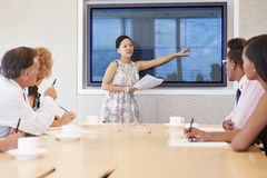 Επιχειρηματίας από την οθόνη που απευθύνεται στη συνεδρίαση των αιθουσών συνεδριάσεων Στοκ Φωτογραφίες
