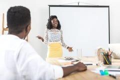 επιχειρηματίας αφροαμερικάνων που παρουσιάζει τη νέα επιχειρησιακή έννοια στοκ εικόνα με δικαίωμα ελεύθερης χρήσης