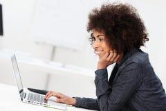 Επιχειρηματίας αφροαμερικάνων που χρησιμοποιεί ένα lap-top Στοκ φωτογραφία με δικαίωμα ελεύθερης χρήσης