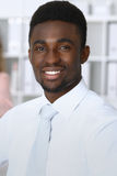 Επιχειρηματίας αφροαμερικάνων στη συνάντηση στην αρχή, χρωματισμένος στο λευκό Διαπραγμάτευση ή σκληρή έννοια απόφασης στοκ φωτογραφία με δικαίωμα ελεύθερης χρήσης