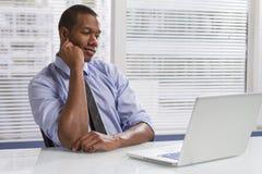 Επιχειρηματίας αφροαμερικάνων στο γραφείο με τον υπολογιστή, οριζόντιο Στοκ φωτογραφία με δικαίωμα ελεύθερης χρήσης