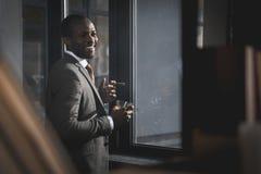 Επιχειρηματίας αφροαμερικάνων στο κοστούμι με το γυαλί του καπνίζοντας πούρου ουίσκυ Στοκ φωτογραφίες με δικαίωμα ελεύθερης χρήσης