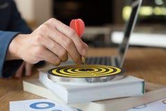 Επιχειρηματίας & x27 βέλος εκμετάλλευσης χεριών του s που χτυπά στον επιχειρησιακό στόχο Στοκ Εικόνα