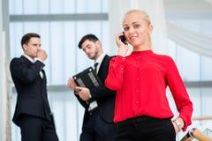 Επιχειρηματίας γυναικών που μιλά σε ένα κινητό τηλέφωνο Νέος επιχειρηματίας s Στοκ Φωτογραφίες