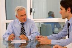 Επιχειρηματίας δύο κατά τη διάρκεια μιας συνεδρίασης στοκ εικόνα