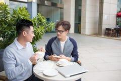 Επιχειρηματίας δύο που διοργανώνει μια περιστασιακή συνεδρίαση ή μια συζήτηση cit Στοκ Εικόνα