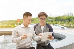 Επιχειρηματίας δύο που διοργανώνει μια περιστασιακή συνεδρίαση ή μια συζήτηση cit Στοκ Φωτογραφίες