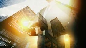 Επιχειρηματίας εμπορικών κέντρων που χρησιμοποιεί την ψηφιακή ταμπλέτα διπλή έκθεση φιλμ μικρού μήκους