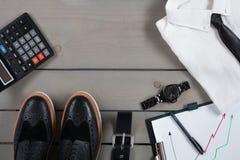 Επιχειρηματίας, εξάρτηση εργασίας στο γκρίζο ξύλινο υπόβαθρο Άσπρο πουκάμισο με το μαύρο δεσμό, ρολόι, ζώνη, παπούτσια της Οξφόρδ Στοκ Εικόνα