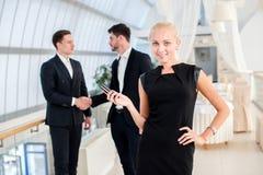 επιχειρηματίας επιτυχής Επιτυχής επιχειρηματίας που στέκεται Στοκ Φωτογραφίες