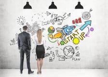 Επιχειρηματίας επιχειρηματιών που εξετάζει το εικονίδιο ξεκινήματος Στοκ Εικόνες