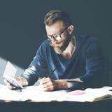 Επιχειρηματίας εργασιακών χώρων που εργάζεται προγραμματίζοντας σοβαρά την έννοια Στοκ Εικόνες