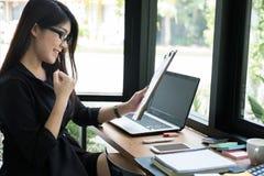 Επιχειρηματίας ευτυχής με το επιτυχές πρόγραμμα στον εργασιακό χώρο νέο χ Στοκ Φωτογραφίες