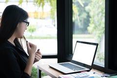 Επιχειρηματίας ευτυχής με το επιτυχές πρόγραμμα στον εργασιακό χώρο νέο χ Στοκ Εικόνες