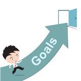 Επιχειρηματίας ευτυχής στο τρέξιμο στο πράσινο βέλος και τη ανοιχτή πόρτα με τους στόχους λέξης, δρόμος στην έννοια επιτυχίας, πο Στοκ εικόνα με δικαίωμα ελεύθερης χρήσης