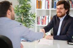 Επιχειρηματίας ευχαριστημένος από μια διαπραγμάτευση κλεισίματος πελατών στοκ φωτογραφία με δικαίωμα ελεύθερης χρήσης