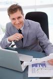 Επιχειρηματίας ευχαριστημένος από τα αποτελέσματα έρευνας αγοράς στοκ φωτογραφίες