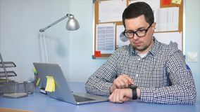 επιχειρηματίας η εργασία γραφείων του Άτομο που χρησιμοποιεί το έξυπνο ρολόι σε ετοιμότητα του απόθεμα βίντεο