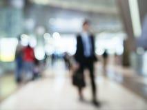 Επιχειρηματίας θαμπάδων που περπατά στην έννοια επιχειρησιακού ταξιδιού σταθμών Στοκ Φωτογραφίες