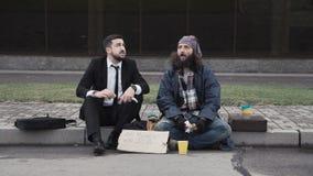 Επιχειρηματίας και άστεγοι στο πεζοδρόμιο απόθεμα βίντεο