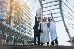 Επιχειρηματίας και αραβικός εργαζόμενος επιχειρηματιών στο εργοτάξιο οικοδομής Στοκ Εικόνα