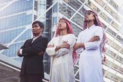 Επιχειρηματίας και αραβικός εργαζόμενος επιχειρηματιών στο εργοτάξιο οικοδομής Στοκ φωτογραφία με δικαίωμα ελεύθερης χρήσης