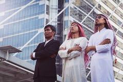 Επιχειρηματίας και αραβικός εργαζόμενος επιχειρηματιών στο εργοτάξιο οικοδομής Στοκ Φωτογραφία