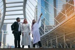 Επιχειρηματίας και αραβικός εργαζόμενος επιχειρηματιών στο εργοτάξιο οικοδομής Στοκ Εικόνες