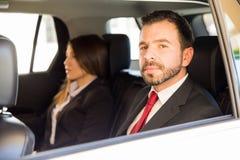 Επιχειρηματίας και βοηθός σε ένα αυτοκίνητο Στοκ Φωτογραφία