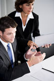 Επιχειρηματίας και βοηθός στην αίθουσα συνεδριάσεων Στοκ εικόνα με δικαίωμα ελεύθερης χρήσης