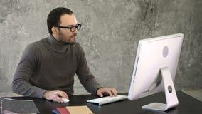 Επιχειρηματίας 0 και εξαγριωμένος στον υπολογιστή Αντίδραση σε κάτι στην οθόνη του οργάνου ελέγχου απόθεμα βίντεο