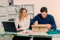 Επιχειρηματίας και επιχειρηματίας με την παράδοση στο γραφείο Στοκ Φωτογραφίες