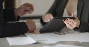 Επιχειρηματίας και επιχειρηματίας που έχουν τη συνομιλία στην αίθουσα συνεδριάσεων απόθεμα βίντεο