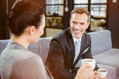 Επιχειρηματίας και επιχειρηματίας που έχουν το τσάι κατά τη διάρκεια του breaktime Στοκ φωτογραφία με δικαίωμα ελεύθερης χρήσης