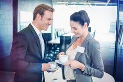 Επιχειρηματίας και επιχειρηματίας που έχουν το τσάι κατά τη διάρκεια του breaktime Στοκ Εικόνα