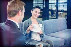 Επιχειρηματίας και επιχειρηματίας που έχουν το τσάι κατά τη διάρκεια του breaktime Στοκ εικόνα με δικαίωμα ελεύθερης χρήσης