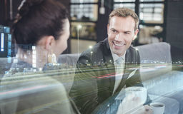 Επιχειρηματίας και επιχειρηματίας που έχουν το τσάι κατά τη διάρκεια του breaktime Στοκ Εικόνες